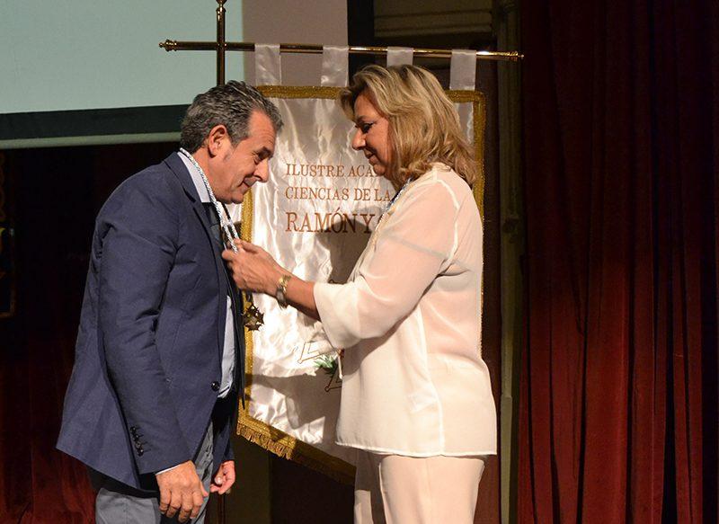 El Dr. Torres recibe un premio reconociendo su labor como mejor dentista en Vigo. 2