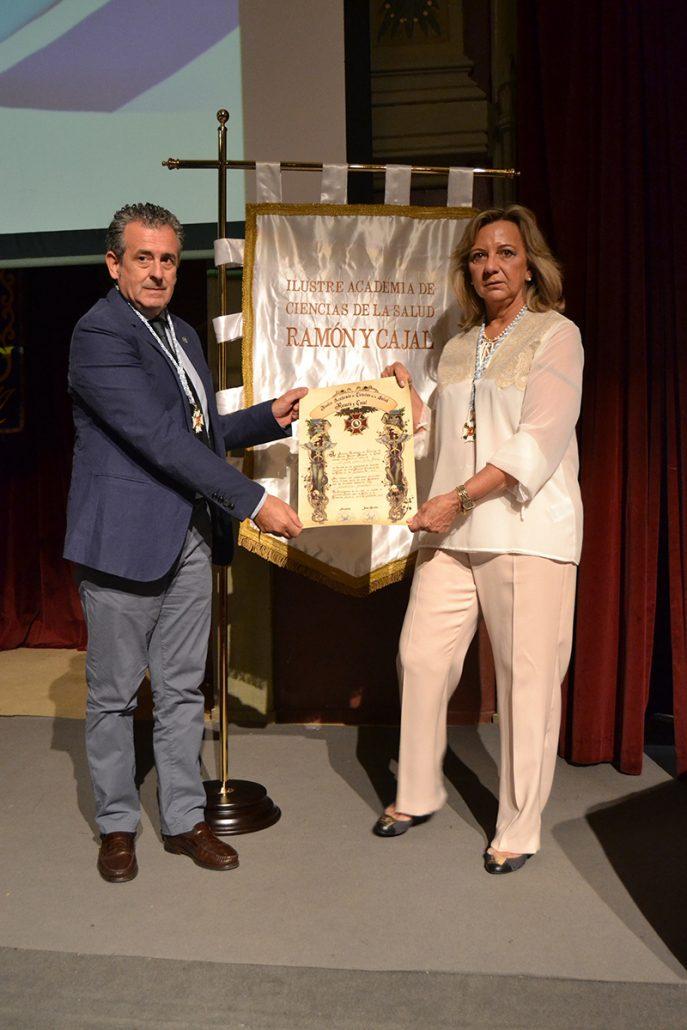 El Dr. Torres recibe un premio reconociendo su labor como mejor dentista en Vigo. 4